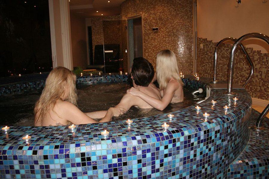 джакузи с двумя массажистками