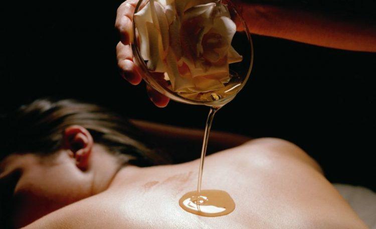 девушек делают с маслом эротический массаж